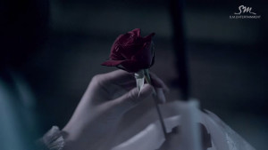 She takes a rose from the bouquet... but she won't take Eunhyuk back.